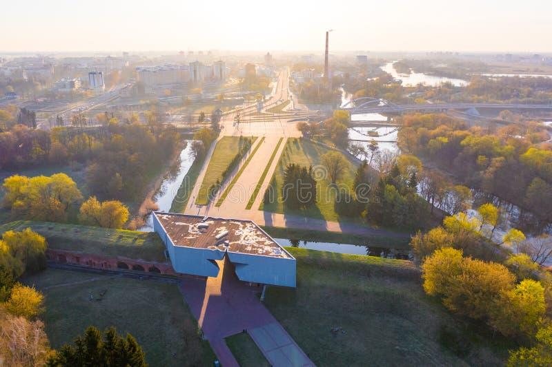 Vida moderna en la ciudad de Brest en la salida del sol Lugar memorable rodeado por el parque verde imagen de archivo libre de regalías