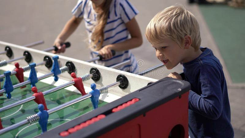 Vida moderna en una ciudad grande - hockey de la tabla del juego de niños en la calle imágenes de archivo libres de regalías