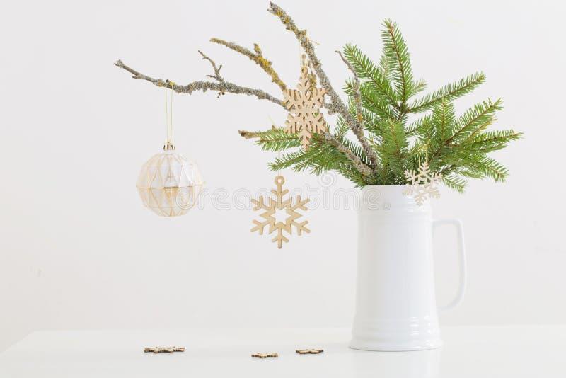 Vida moderna no Natal em jarro sobre fundo branco imagens de stock