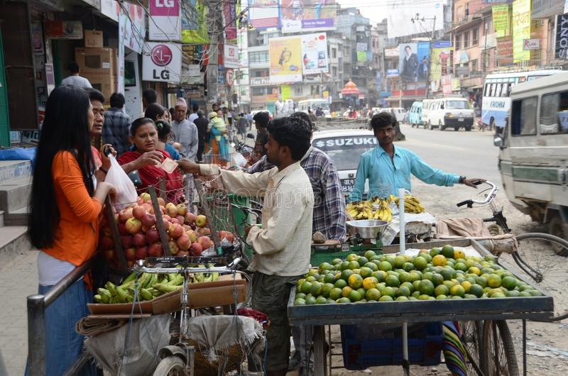 Vida nas ruas de Kathmandu foto de stock royalty free