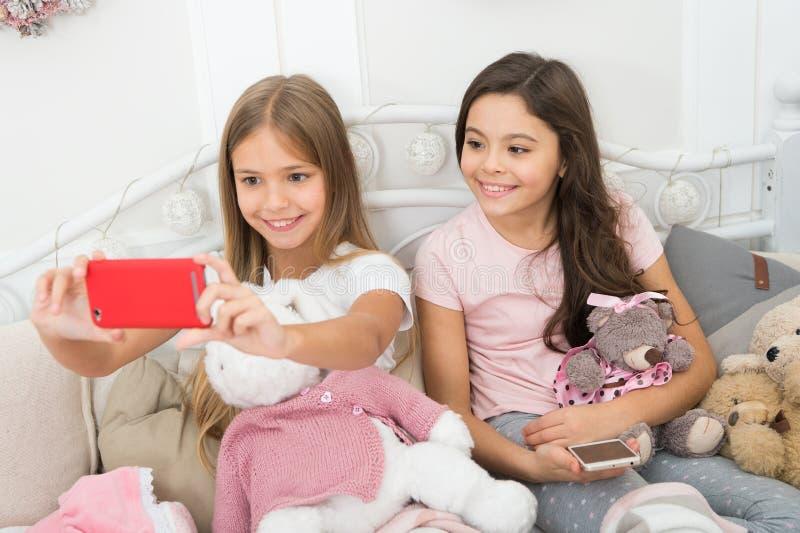 Vida no momento Cumprimentos do Feliz Natal e do ano novo feliz Tomando o selfie do Natal e do ano novo com smartphone imagens de stock