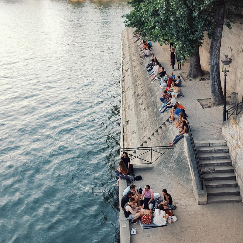 A vida no Seine River em Paris no verão fotos de stock