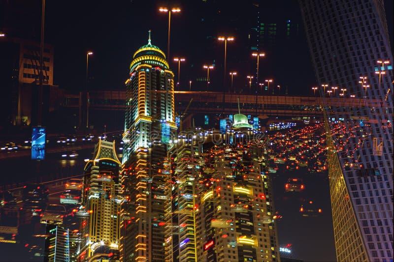 Vida nocturna en el puerto deportivo de Dubai EMIRATOS ÁRABES UNIDOS 14 de noviembre de 2012 fotos de archivo