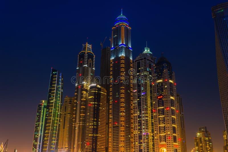 Vida nocturna en el puerto deportivo de Dubai EMIRATOS ÁRABES UNIDOS 14 de noviembre de 2012 fotografía de archivo libre de regalías