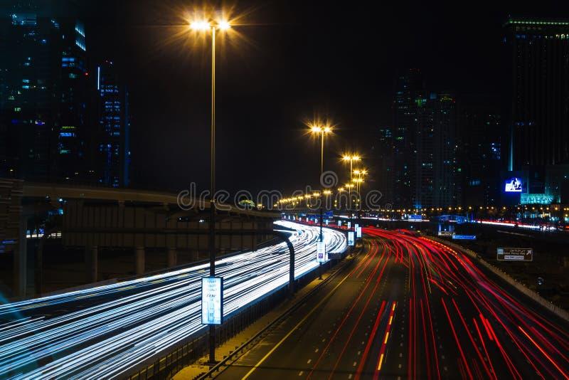 Vida nocturna en el puerto deportivo de Dubai EMIRATOS ÁRABES UNIDOS 14 de noviembre de 2012 imagen de archivo
