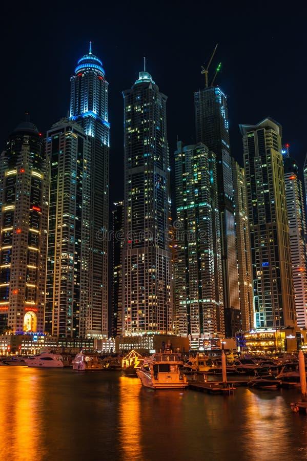 Vida nocturna en el puerto deportivo de Dubai EMIRATOS ÁRABES UNIDOS 16 de noviembre de 2012 imagen de archivo libre de regalías