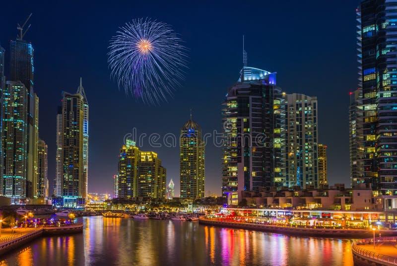 Vida nocturna en el puerto deportivo de Dubai EMIRATOS ÁRABES UNIDOS 14 de noviembre de 2012 foto de archivo