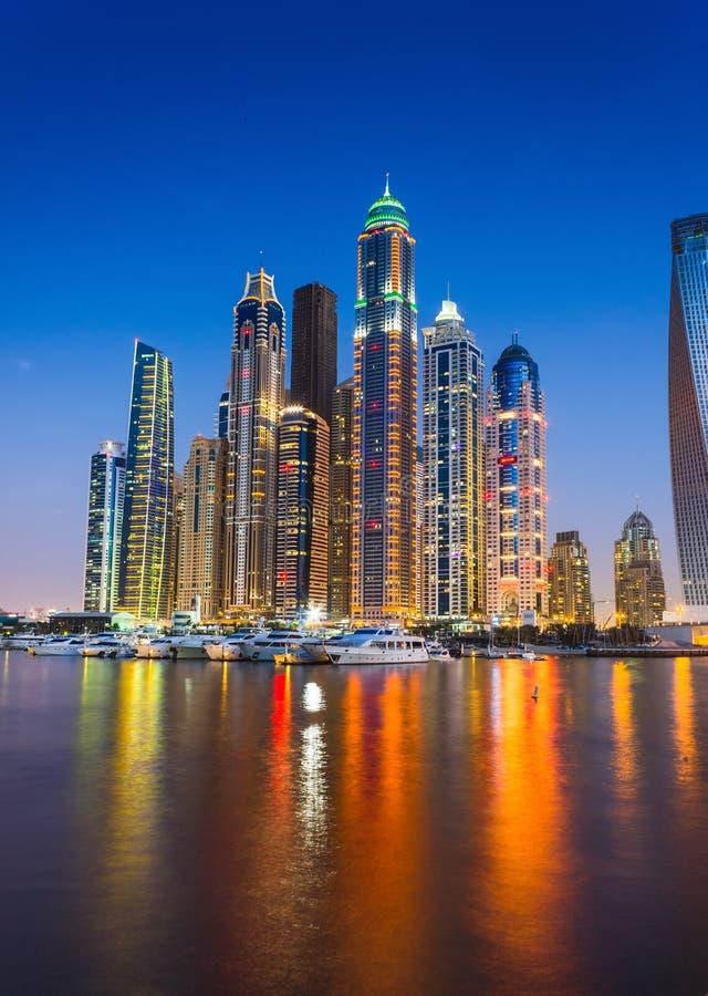 Vida nocturna en el puerto deportivo de Dubai. UAE. 14 de noviembre de 2012 foto de archivo