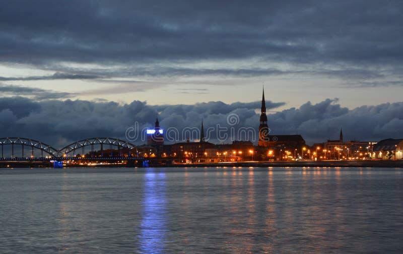 Vida noturna em Riga velho foto de stock royalty free