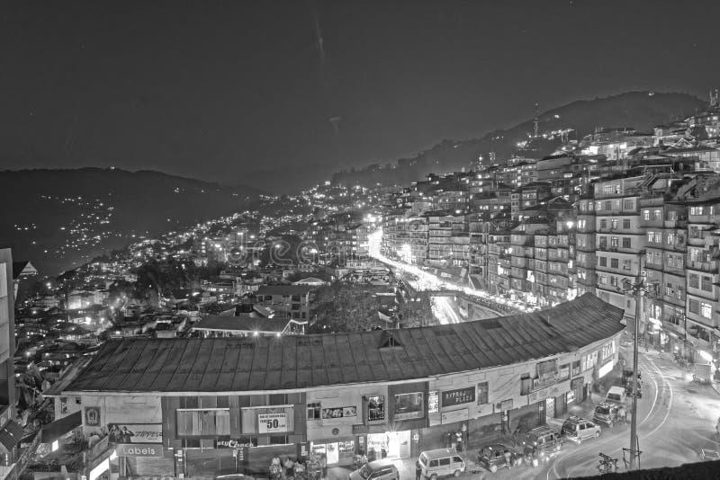 Vida noturna na cidade de Gangtok, Sikkim, Índia imagem de stock