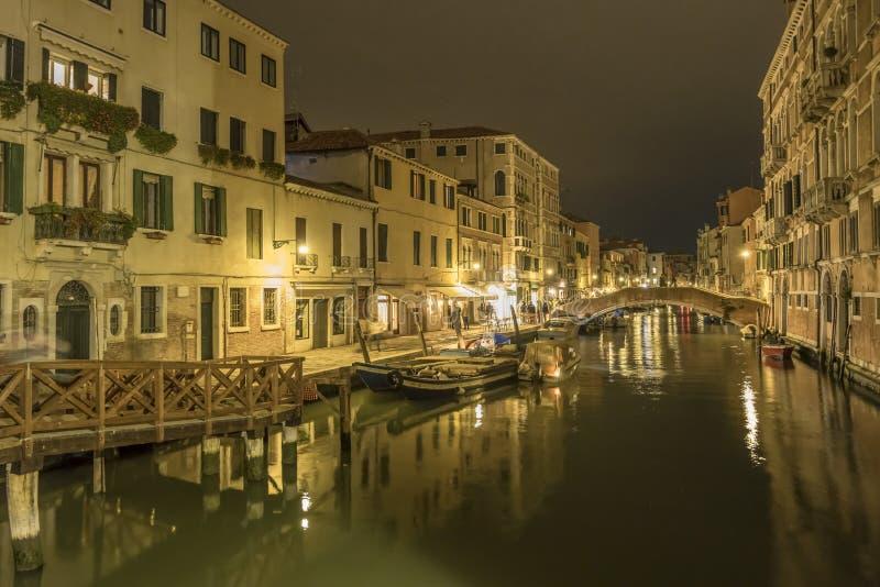Vida noturna no canal do bairro de Cannareggio, Veneza, Itália fotos de stock royalty free