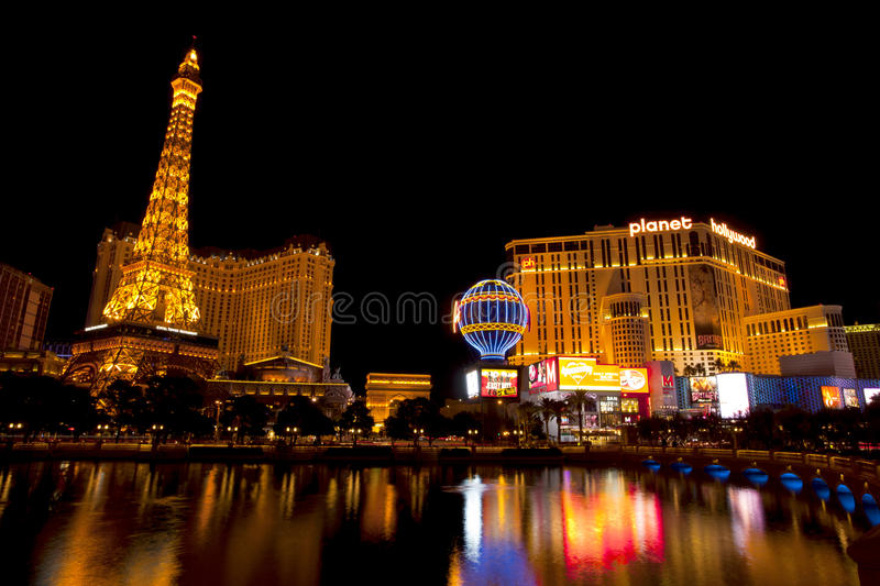Vida noturno ao longo da tira famosa de Las Vegas com os casinos Bally, de Paris e de Hollywood do planeta fotografia de stock royalty free