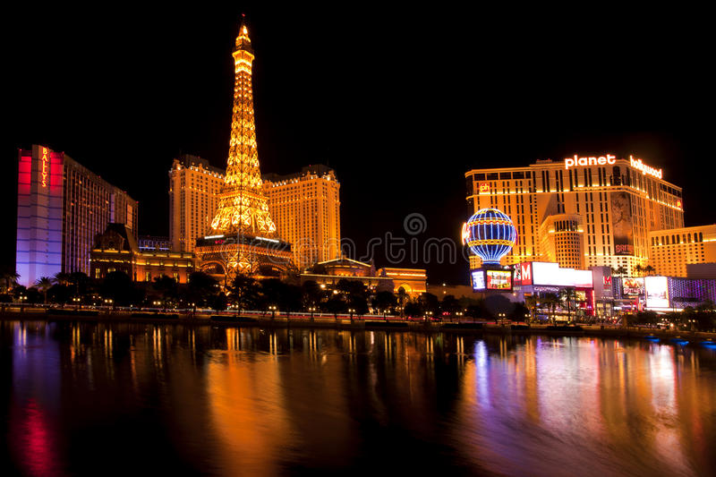 Vida noturno ao longo da tira famosa de Las Vegas com os casinos Bally, de Paris e de Hollywood do planeta fotos de stock