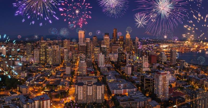 Vida noturno da cidade de Seattle após o por do sol com os fogos-de-artifício de piscamento na véspera de anos novos foto de stock royalty free