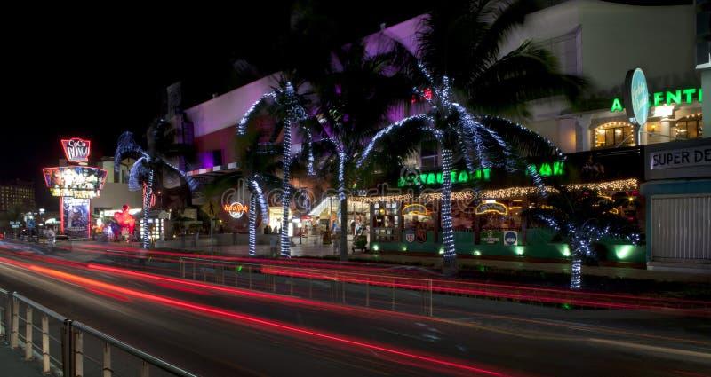 Vida noturno de Cancun (panorâmico) fotografia de stock