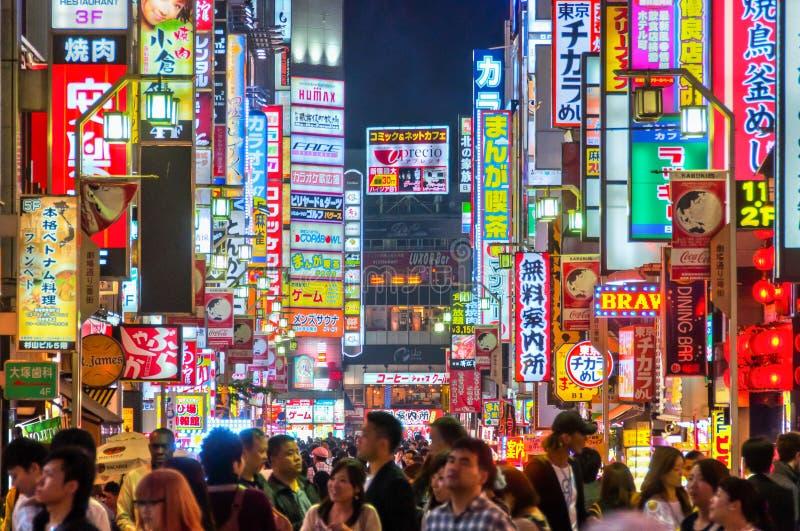 Vida noturno em Shinjuku, Tóquio, Japão fotografia de stock