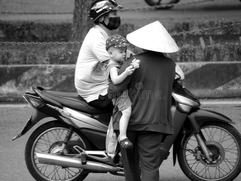 Vida quotidiana na cidade da MATIZ de VIETNAME fotos de stock