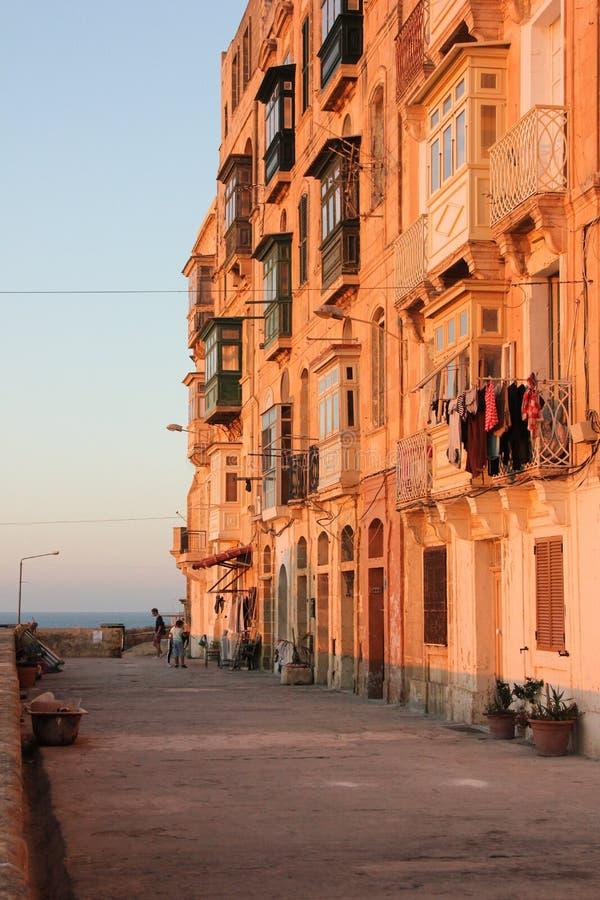 Vida real en la calle de La Valeta - ropa que se seca en balcón maltés típico imagen de archivo