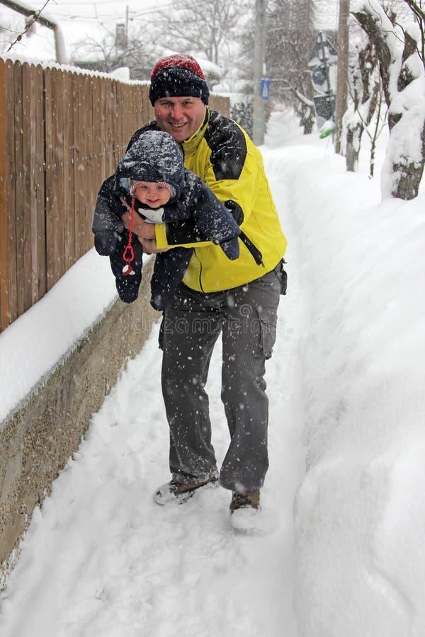 Vida real - jugando con mi papá en nieve imagen de archivo