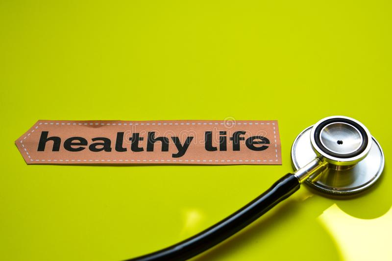 Vida saudável do close up com inspiração do conceito do estetoscópio no fundo amarelo fotos de stock