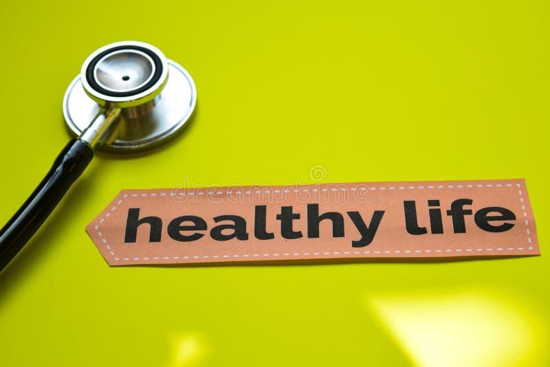 Vida saudável do close up com inspiração do conceito do estetoscópio no fundo amarelo imagem de stock