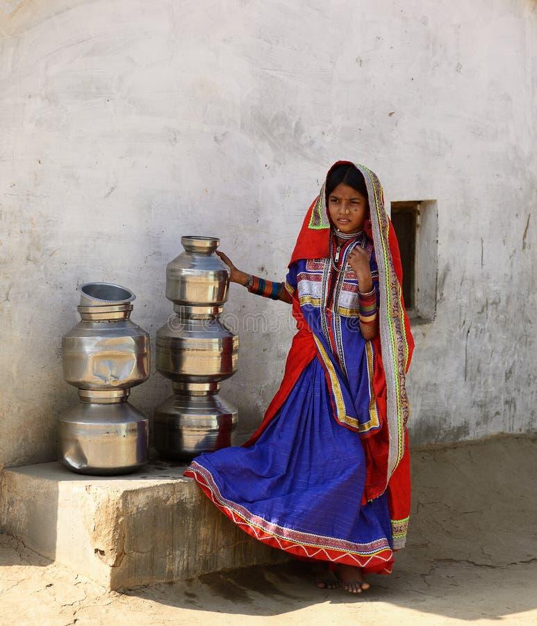 Vida simple en el pueblo en el desierto en Gujarat imagen de archivo