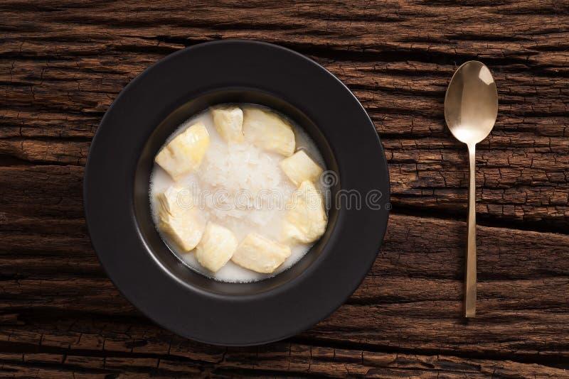 Vida todavía del arroz pegajoso de la leche de coco del Durian en fondo de madera foto de archivo