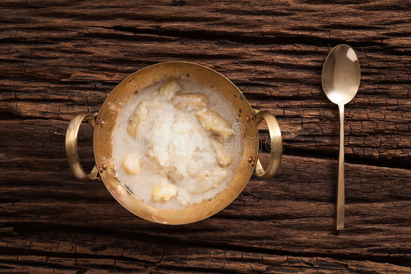 Vida todavía del arroz pegajoso de la leche de coco del Durian en fondo de madera fotografía de archivo