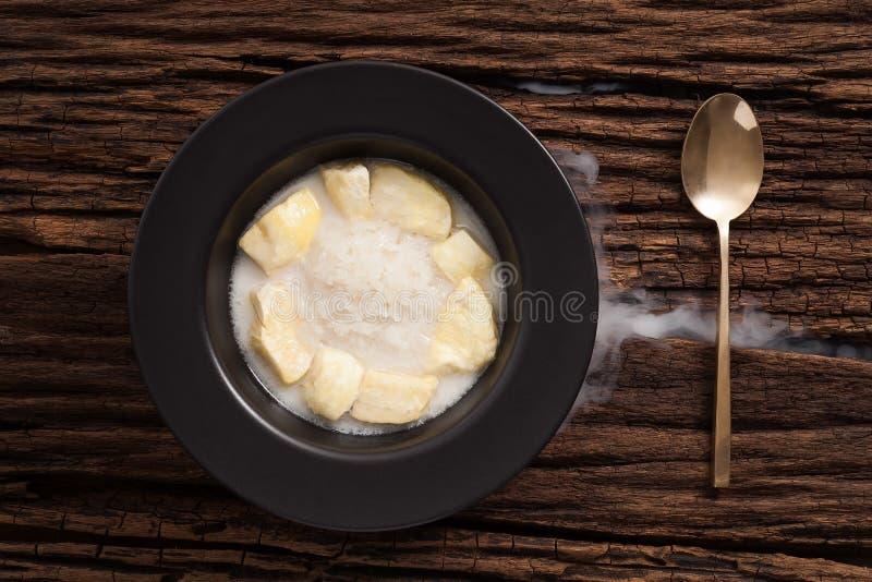 Vida todavía del arroz pegajoso de la leche de coco del Durian en fondo de madera fotos de archivo
