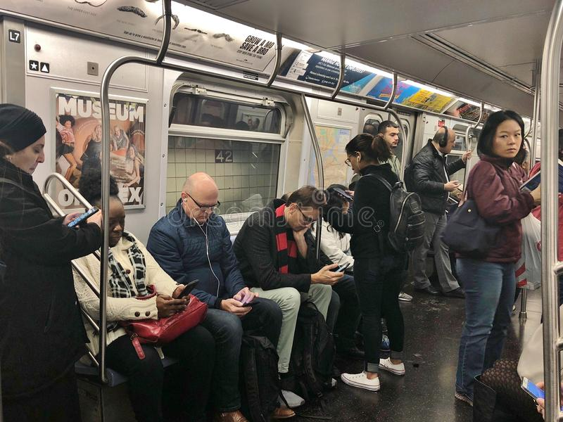 Vida urbana diversa de comutação dos Nova-iorquinos NYC do trânsito subterrâneo do metro dos povos de New York City imagem de stock