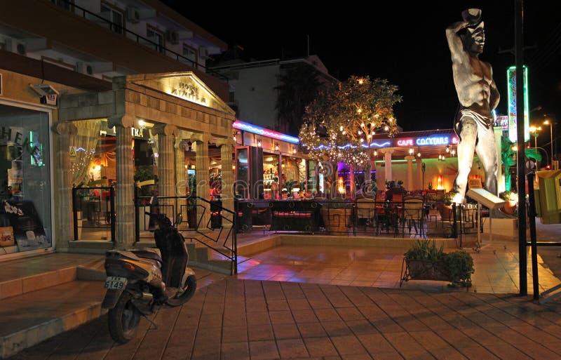 Vida y restaurante de noche de Faliraki Isla de Rodas, Grecia imagen de archivo libre de regalías