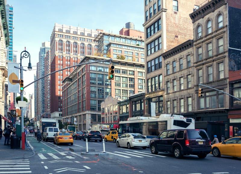 Vida y tráfico de ciudad en el distrito histórico en la luz del día, New York City, Estados Unidos de la milla del ` de las señor imagen de archivo libre de regalías