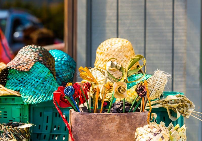 Vide- blommor och hattar i den lokala marknaden, Rarotonga, Aitutaki, kock Islands utomhus skjutit selektivt f?r fokus fotografering för bildbyråer