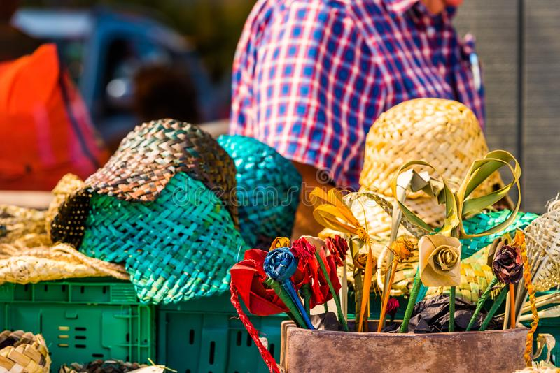 Vide- blommor och hattar i den lokala marknaden, Rarotonga, Aitutaki, kock Islands utomhus skjutit selektivt f?r fokus royaltyfri bild