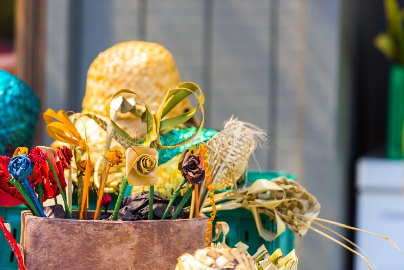 Vide- blommor och hattar i den lokala marknaden, Rarotonga, Aitutaki, kock Islands utomhus skjutit selektivt f?r fokus royaltyfri fotografi
