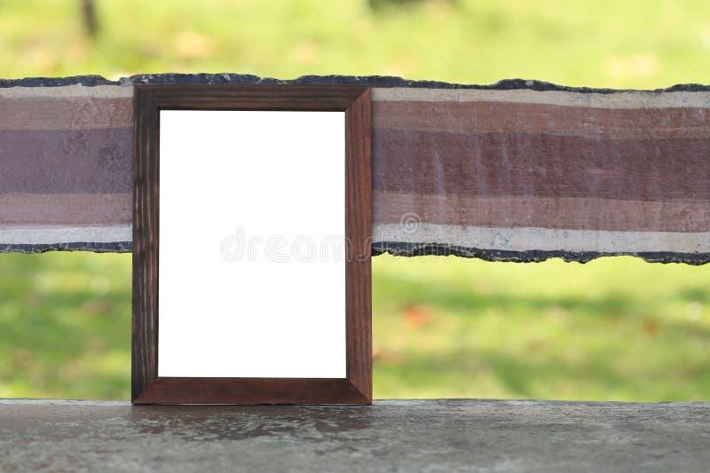 Vide en bois du cadre de tableau placé sur le banc dans le parc photographie stock