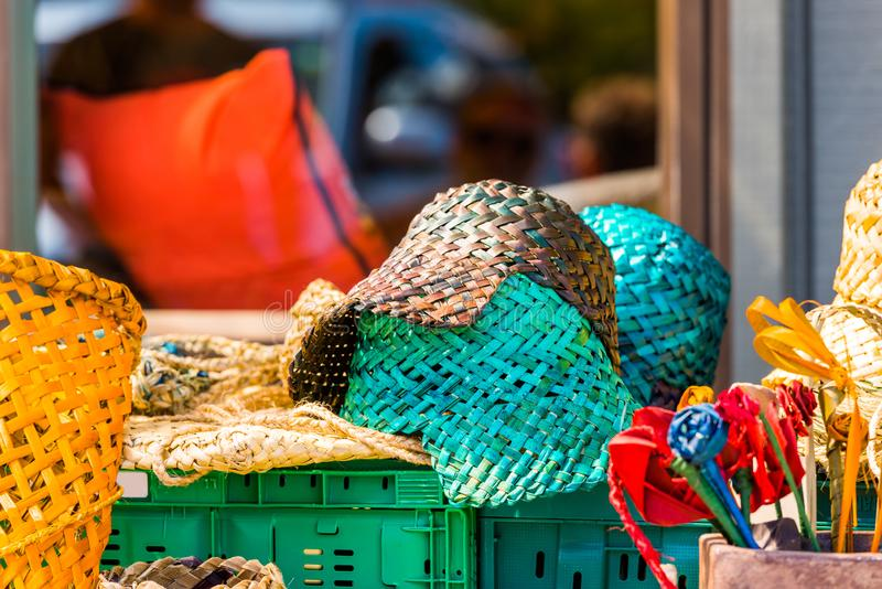 Vide- hattar i den lokala marknaden, Rarotonga, Aitutaki, kock Islands utomhus skjutit selektivt f?r fokus royaltyfria bilder