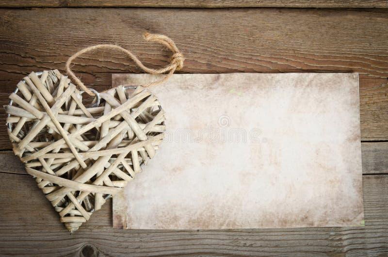 Vide- hjärta som är handgjord med ett ark av papper för dig, smsar royaltyfri bild