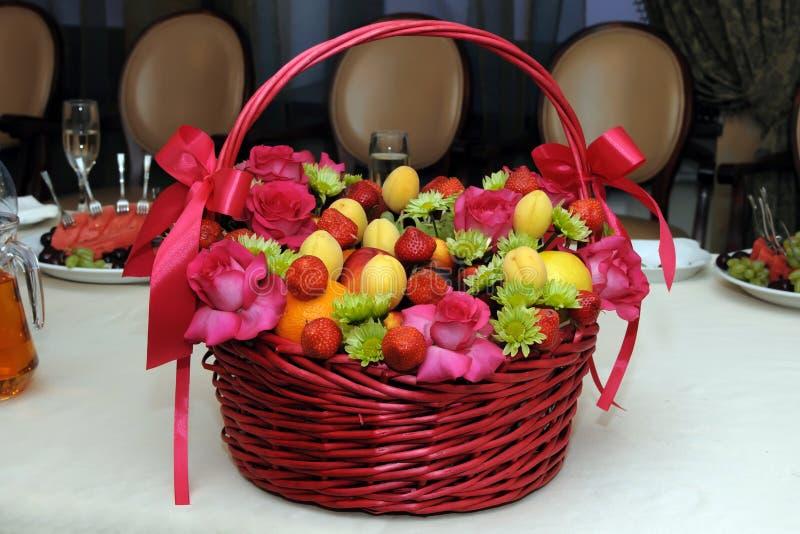 Vide- korg med blandningfrukter och blommor royaltyfri bild