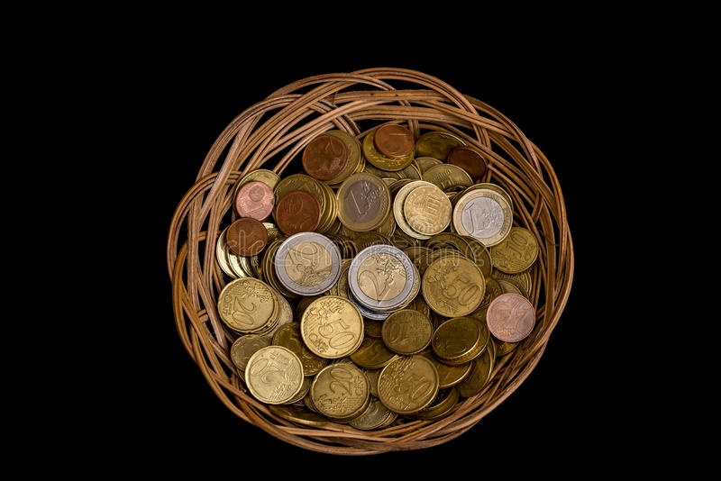 Vide- korg med isolerade mynt arkivbilder
