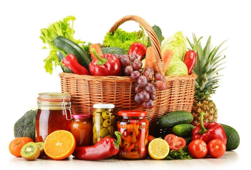 Vide- korg med livsmedel på vit arkivfoto