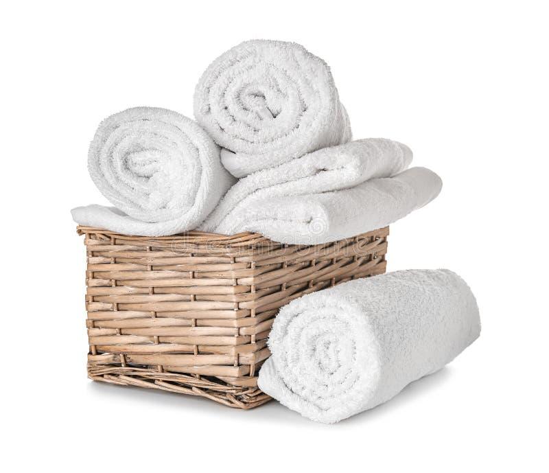Vide- korg med rena mjuka handdukar på vit bakgrund arkivfoto
