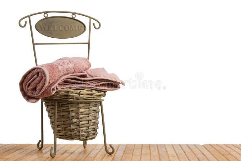 Vide- korg mycket av rena handdukar arkivbild