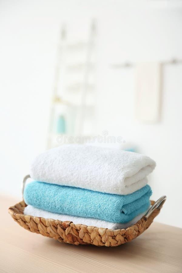 Vide- magasin med handdukar på tabellen royaltyfri bild