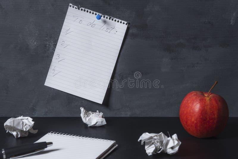 Vide pour faire la liste goupillée à un mur au-dessus d'un bureau photo libre de droits