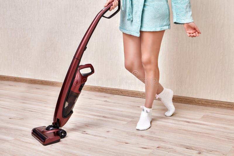 Vide sans fil de bâton dans des mains de femme dans la robe longue à la maison photographie stock libre de droits