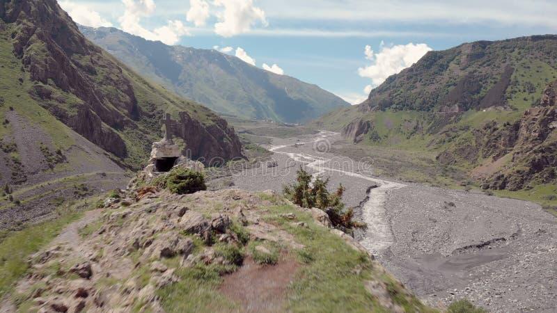 Video aereo della gola di Dariali vicino ai confini georgiani della Russia La strada passa attraverso le montagne caucasiche Vist fotografia stock