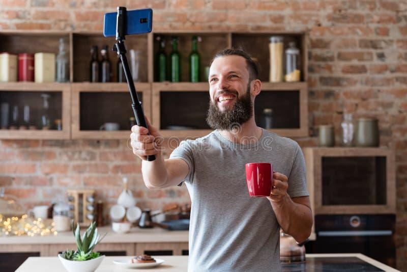 Video bastone scorrente del selfie del telefono dell'uomo di Vlogger fotografia stock libera da diritti