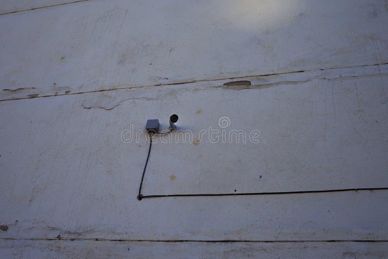 Video bevakningkamera på fasaden av byggnaden royaltyfria bilder
