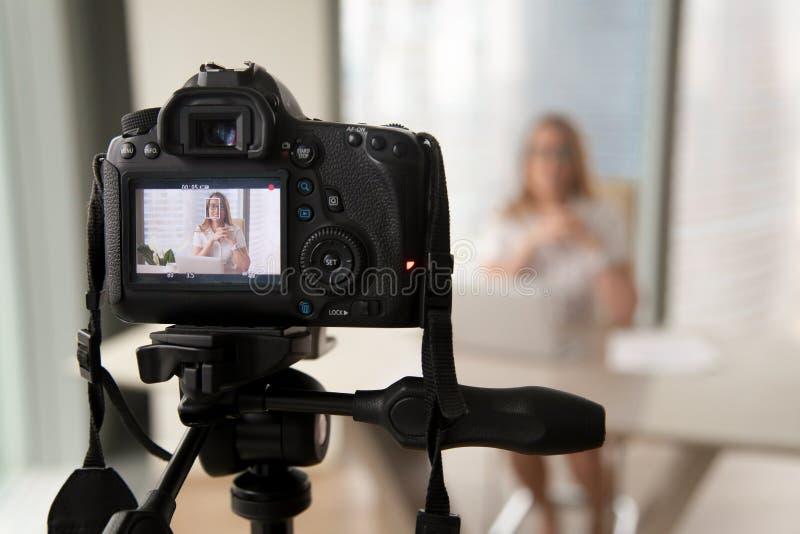 Video blogg för yrkesmässig inspelning för digital kamera av businesswomaen royaltyfria bilder